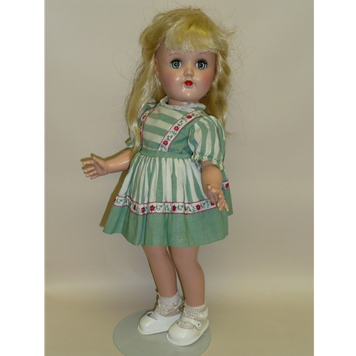 Toni by Ideal, P90, in green dress